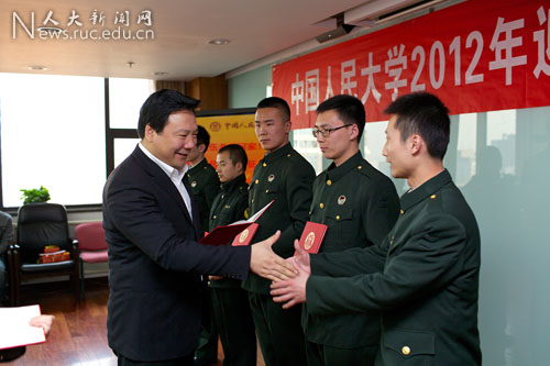 马俊杰副书记和刘洋中校为入伍学生赠送纪念品.