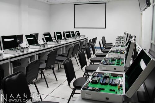 美国高校实验室电路安装