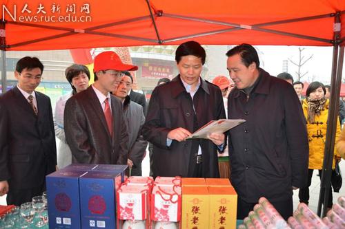 2012年3月 亓俊先向江苏省委组织部部务委员陆永辉介绍张老庄酒