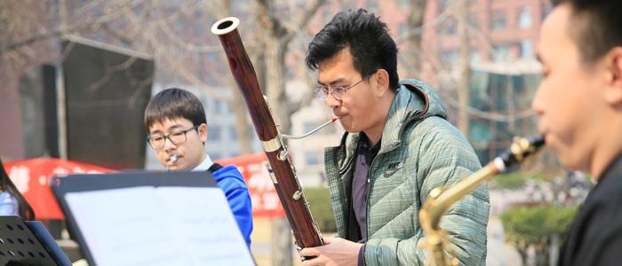 中国人民大学校园音乐角奏响高校实景公益演出第一曲